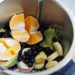 składniki acai bowl w blenderze